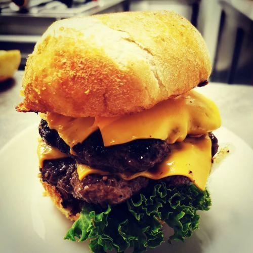 Anker's doppelter Cheeseburger mit ca. 400g Rindfleisch