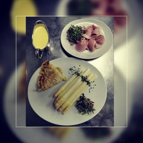 Spargel mit Kräuterflädle, Rosmarinschinken und Sauce Holondaise